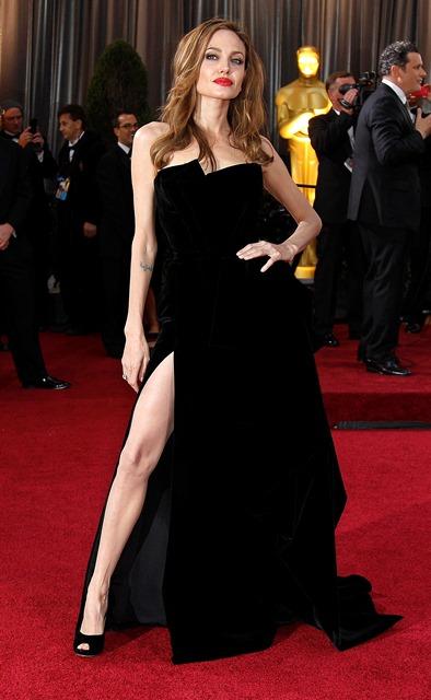 A atriz Angelina Jolie usa longo Versace no tapete vermelho do Oscar 2012. Crédito: Amy Sancetta/AP
