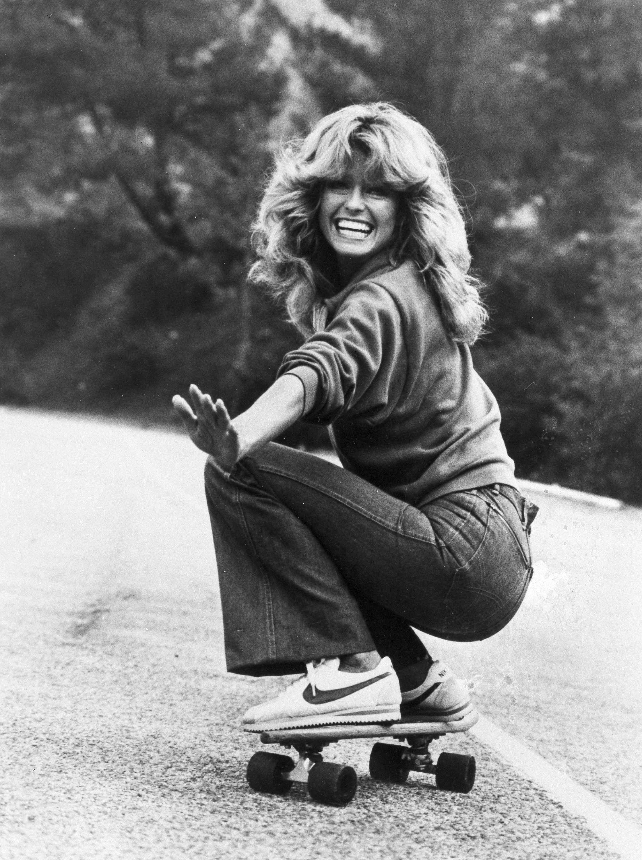 """A atriz Farrah Fawcett usa calça boca de sino em cena da série """"Charlie's Angels"""", em 1977. Crédito: AP Photo/ABC-TV)"""