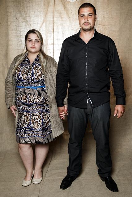 O pintor Denilson Nascimento Gomes e a cabeleireira Larissa Obito, 24, posam ao lado do Tempo de Salomão, em São Paulo. Crédito: Adriano Vizoni/Folhapress