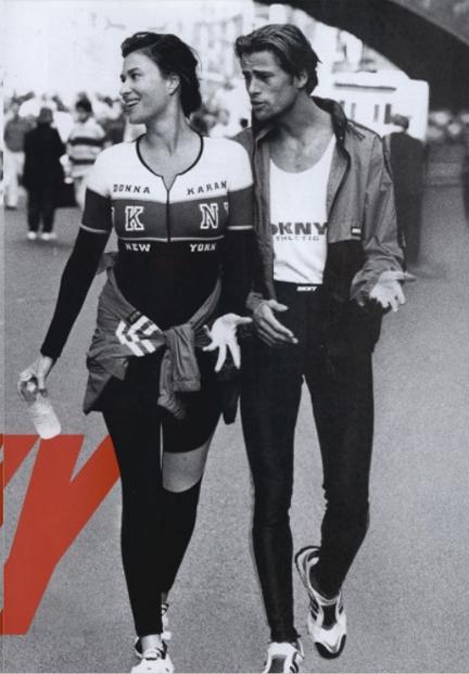 Campanha da grife Donna Karan New York, lançada em 1994, em que o logo DKNY é visto estampado em blusas e jaquetas. Crédito: Divulgação