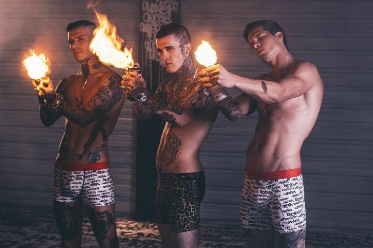 Da esq. para a dir., os modelos Matheus Verdelho, Jimmy Q. e Diego Fragoso no making of da campanha da grife Underbrazil