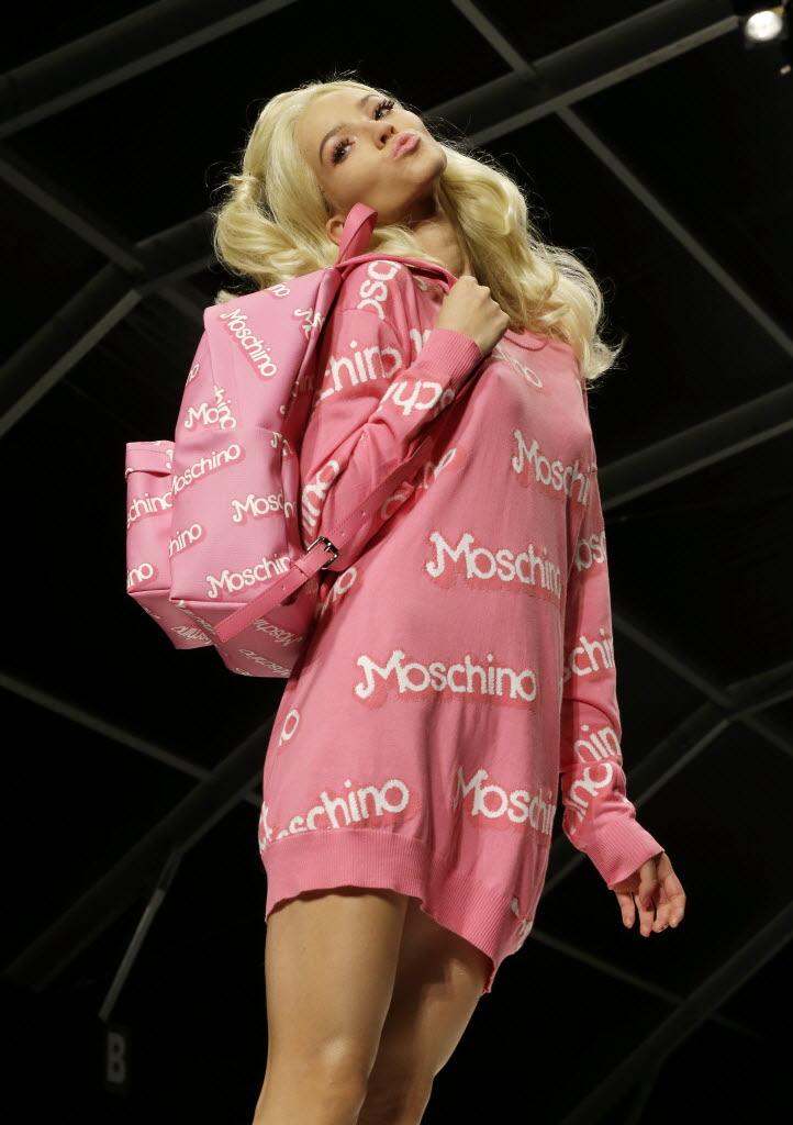 """Barbie dá """"beijinho no ombro"""" para a plateia do desfile da grife Moschino, na semana de moda de Milão, na última quarta-feira (18). Crédito: Antonio Callani/AP"""