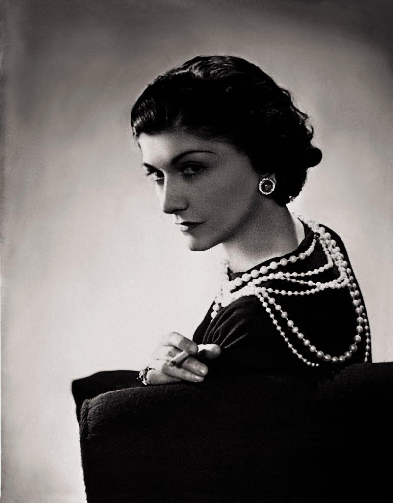 A estilista francesa Coco Chanel em foto de 1936, pouco antes da eclosão da Segunda Guerra Mundial.  Lipnitzki/ Roger-Viollet/Divulgação