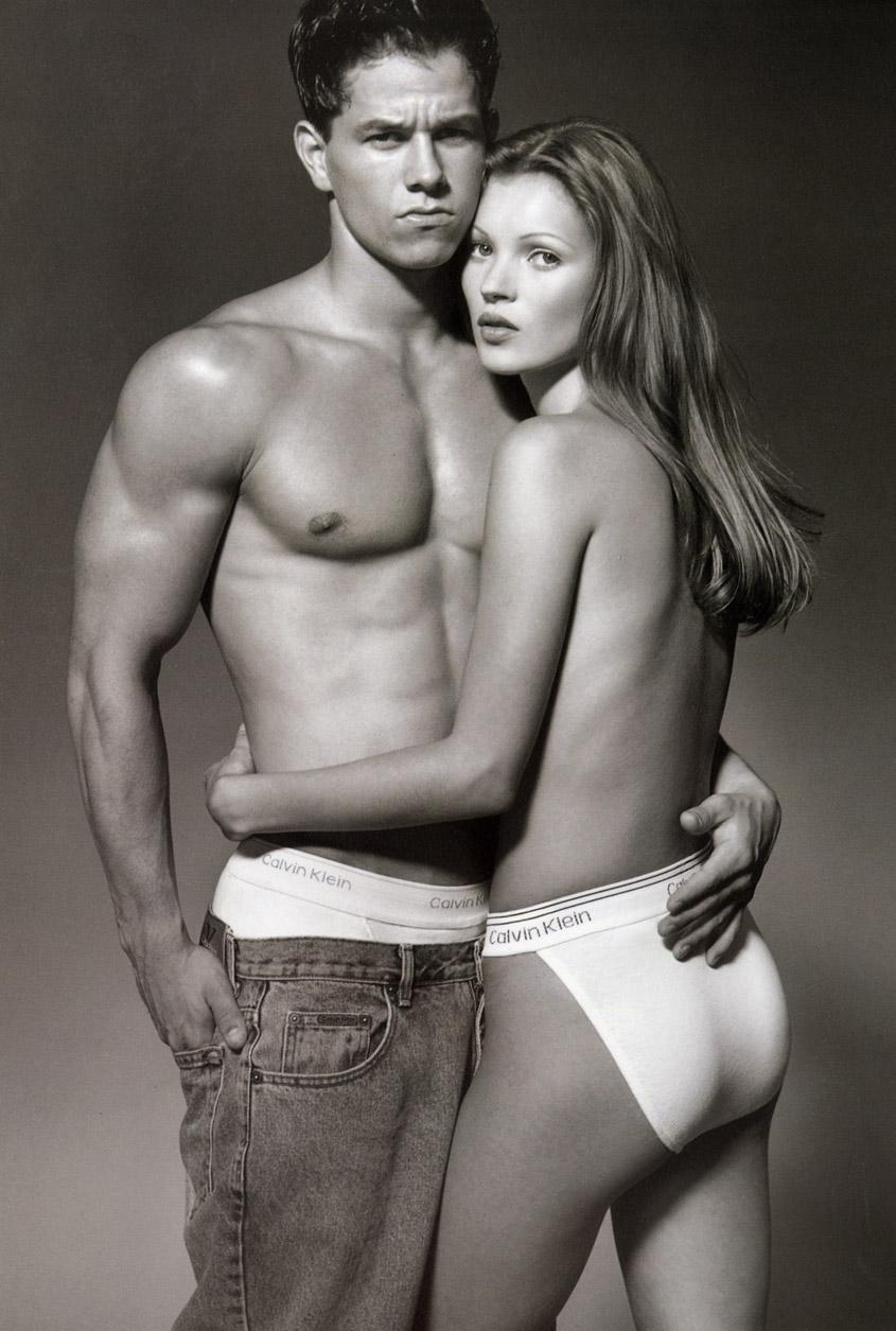 O ator Mark Wahlberg e a modelo Kate Moss na campanha da Calvin Klein, em 1992