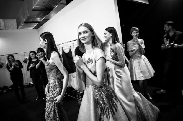 Modelos se preparam para desfile da grife carioca Acquastudio, em novembro do ano passado, na São Paulo Fashion Week. Crédito: Keiny Andrade/Folhapress