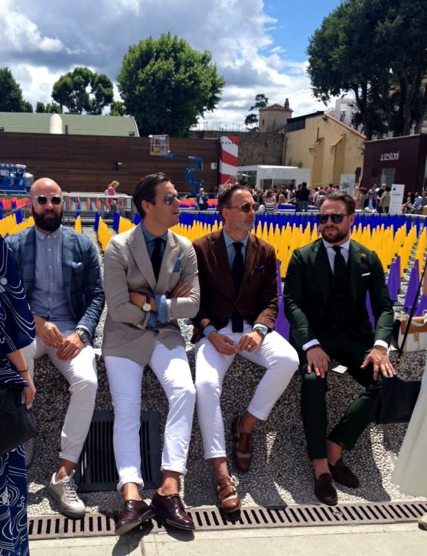 A calça branca com barra dobrada na altura do tornozelo foi a escolha da maioria dos homens que transitaram pela Pitti Uomo 88, em Florença (Itália)