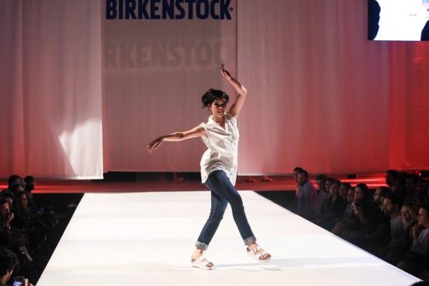 Dançarina desfila coleção da Brikenstock, em São Paulo. A marca alemã inciou, em agosto deste ano, operação própria no Brasil. Crédito: Divulgação