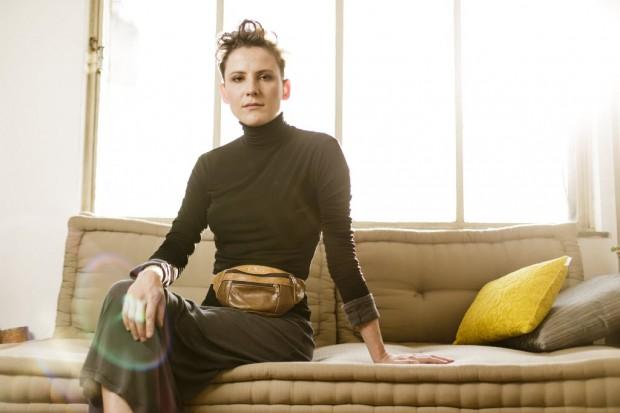 A maquiadora Jake Falchi, 30, em seu apartamento  em São Paulo. Ela tem no guarda-roupa peças dos anos 1960, 1980 e 1990. Adriano Vizoni/Folhapress