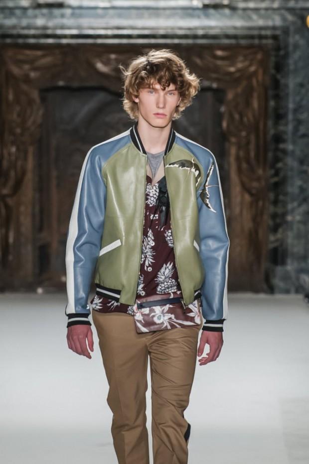Modelo desfila, em Paris, look com pochete da coleção de verão 2016 da grife Valentino. Crédito: Kamil Zihnioglu/Associated Press