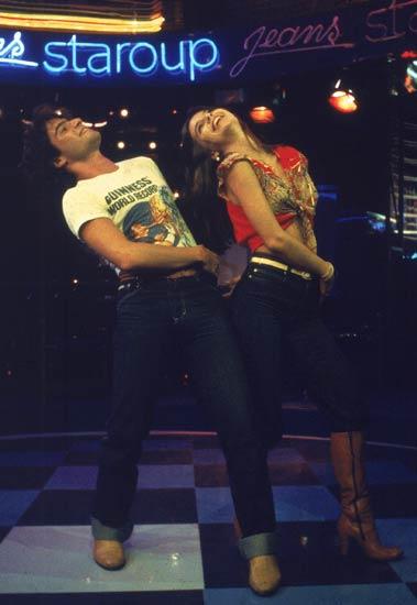 Uma das grandes campanhas da Staroup Jeans trazia os atores Lauro Corona e Lidia Brondi. Entre 1979 e 1980, com o sucesso da novela Dancin' Days, da Globo, a  marca pegou carona na época disco. Reprodução