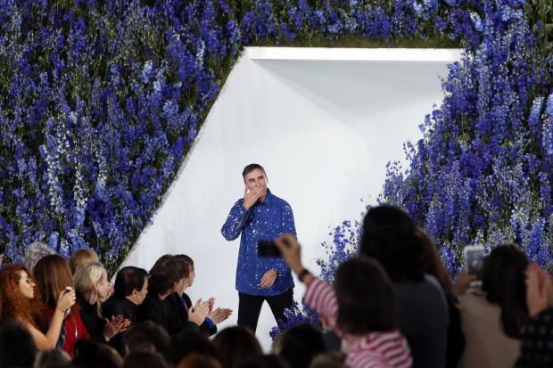O estilista Raf Simons se despede da plateia no desfile de verão 2016 da Christian Dior, que ocorreu neste mês, em Paris. O belga deixou o comando da grife menos de um mês após a apresentação. Crédito: François Mori/AP