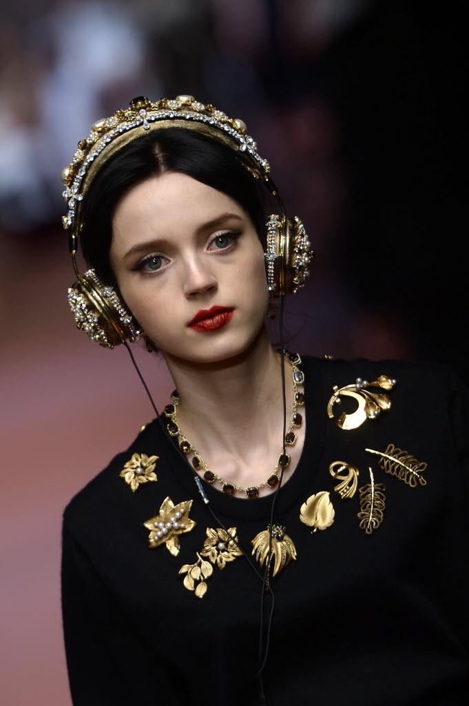 Modelo desfila fone de ouvido barroco, similar ao de Adriana Duque, na passarela de inverno 2016 da grife Dolce & Gabbana, durante a semana de moda de Milão, em março. Filippo Monteforte/France Presse