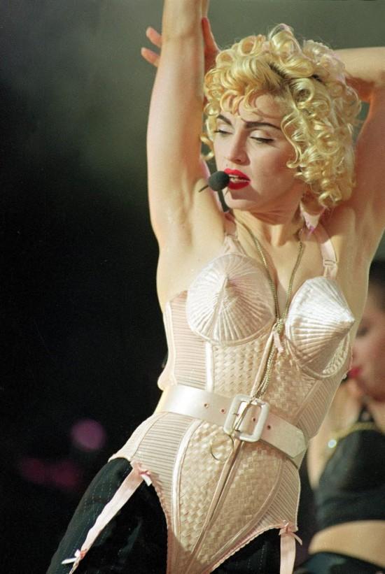 Madonna usa corset em show da turnê Blond Ambition, em Londres (Inglaterra). Crédito:  20-jul.-1990/Gill Allen/AP