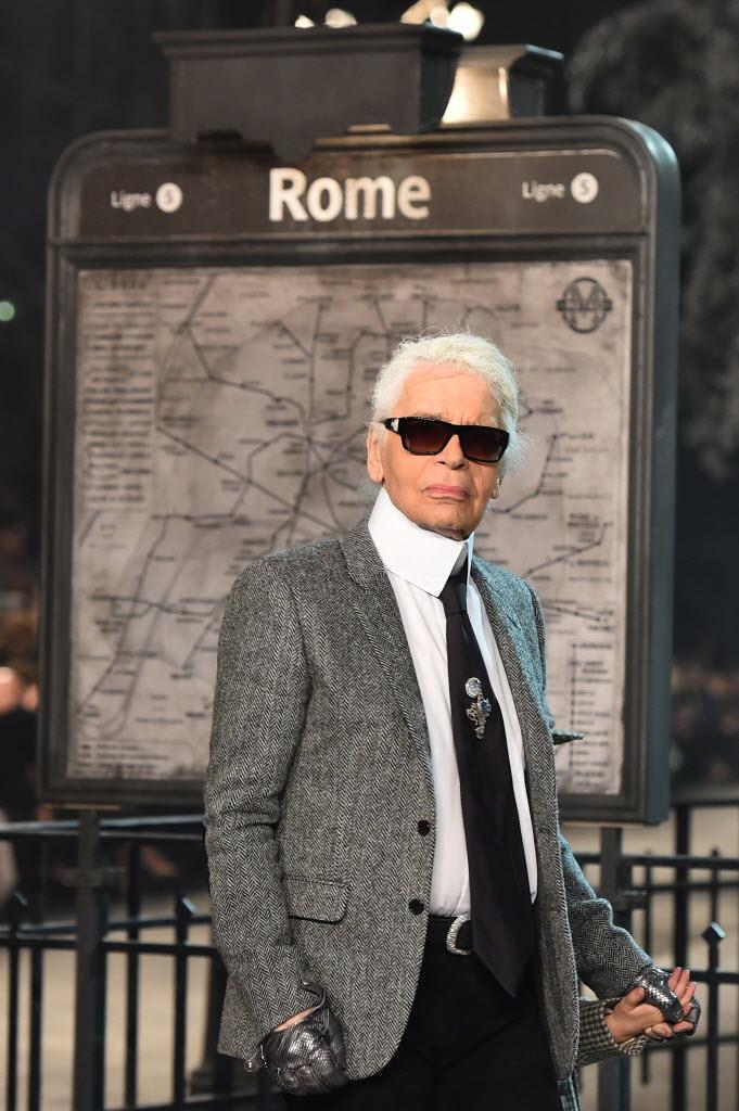 O estilista Karl Lagerfeld no final do desfile Métiers d'Art, da grife Chanel, em dezembro do ano passado. Crédito: Gabriel Bouys/AFP Photo