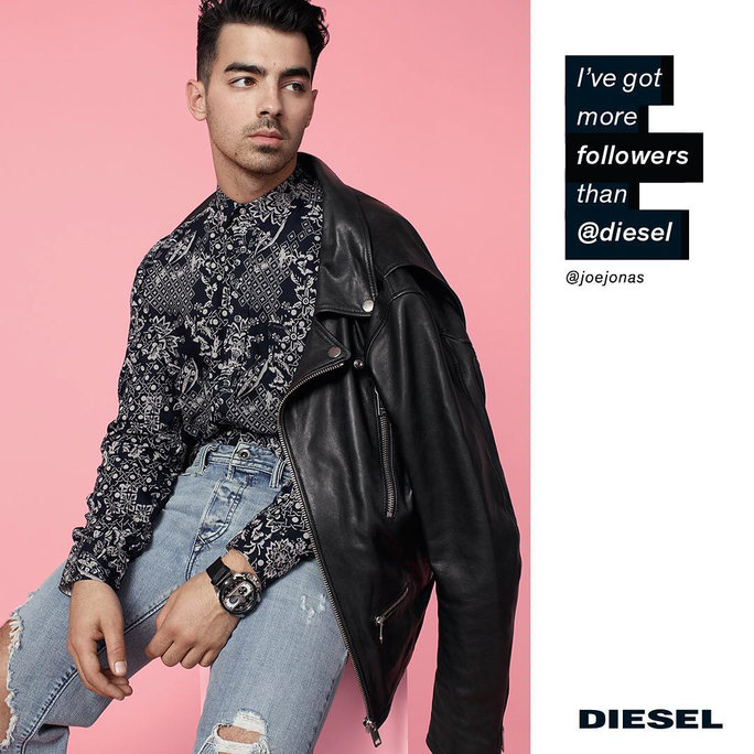 Joe Jonas, do grupo Jonas Brothers, é um dos vários modelos da campanha de verão 2016 da Diesel. Na foto, ele diz: '