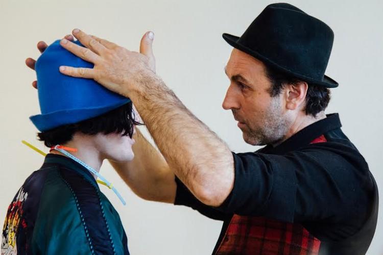 Performance do italiano Reinhard Plank no segundo dia da semana de moda de Paris. Crédito: Paulo Troya e Reno Teles/Folhapress