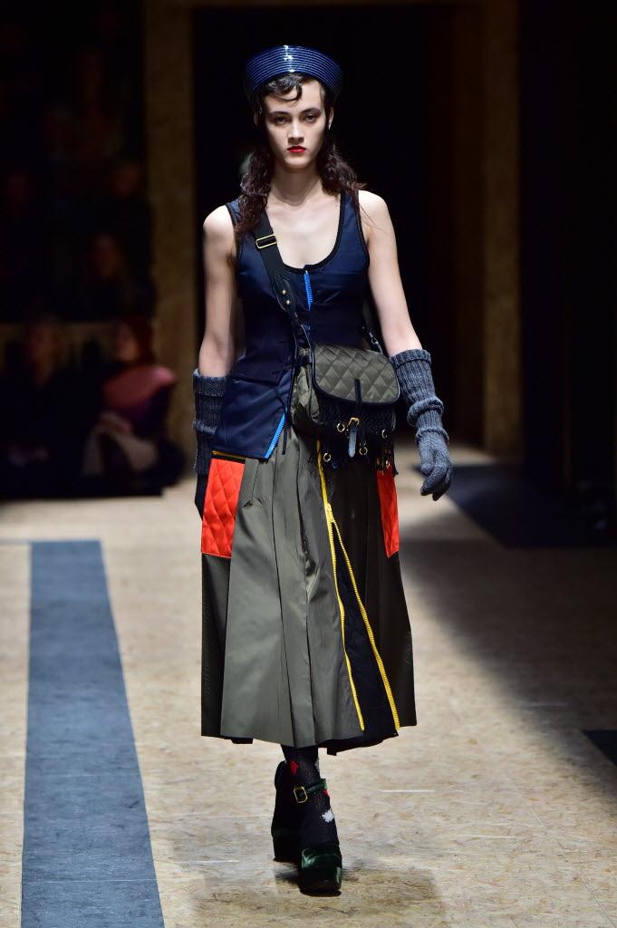 Look da coleção de inverno 2017 da Prada, desfilado na semana de moda de Milão. Crédito: Giuseppe Cacae/AFP
