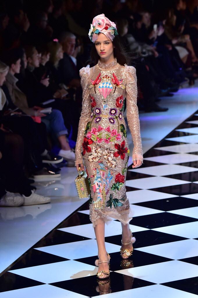 Modelo desfila look do inverno 2017 da Dolce & Gabbana, na semana de moda de Milão. Crédito: Giuseppe Cacae/AFP