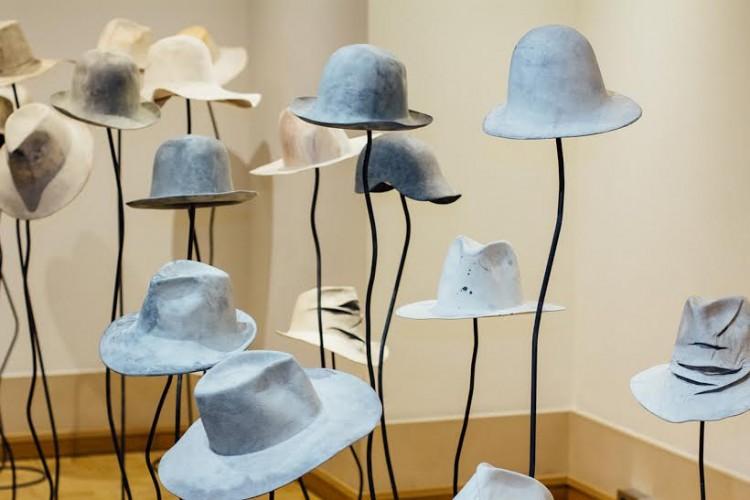 Chapéus do designer italiano Reinhard Plank em exibição na Galerie Joyce, durante a semana de moda de Paris. Crédito: Paulo Troya e Reno Teles/Folhapress