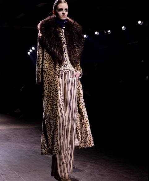 Look da coleção de inverno 2017 de Dries Van Noten, apresentado na semana de moda de Paris. Crédito: Reprodução Instagram/@driesvannoten