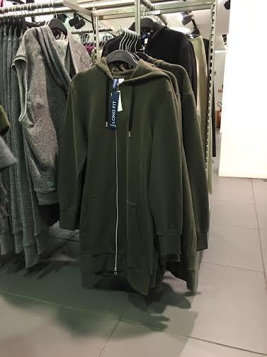 Peças 'longline' masculinas à venda na rede de lojas populares H&M, em Paris. Crédito: Paulo Troya e Renan Teles/Folhapress