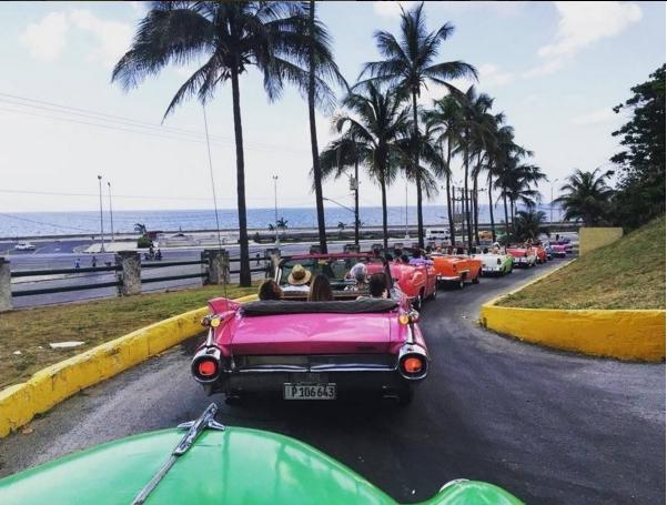 Pouco antes do desfile da Chanel houve congestionamento nas ruas de Havana. Os carros levavam os convidados ao Paseo del Prado, onde ocorreu a apresentação. Crédito: @marieclairebr/Reprodução Instagram