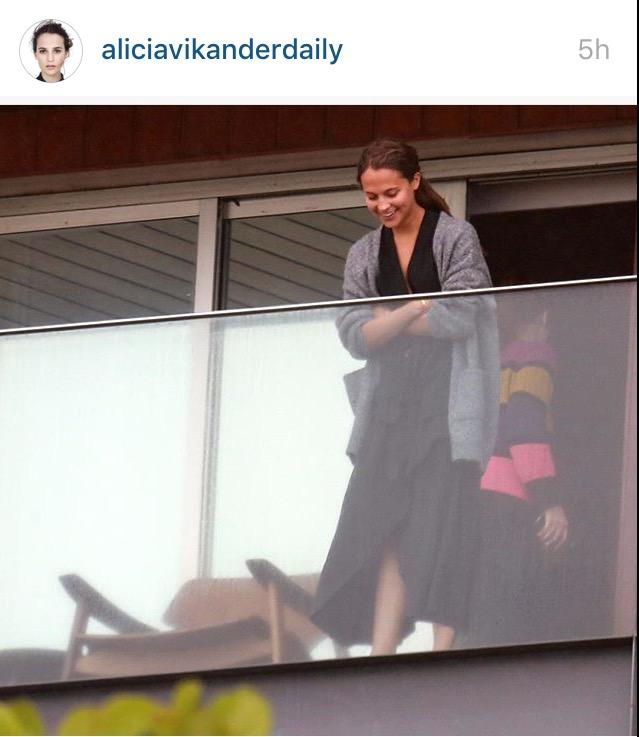 A atriz suco Alicia Vikander na sacada do hotel Fasano, no Rio. Crédito: Reprodução/Instagram