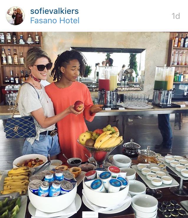 O ator Jaden Smith posa com fã no Rio. Crédito: Reprodução/Instagram
