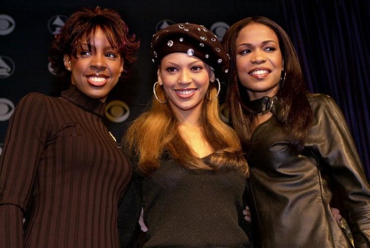 Beyoncé ladeada pelas irmãs Kelly Rowland (esq.) e Michelle Williams (dir.), em 2001, quando ainda fazia parte do trio Destiny's Child. Crédito: Nick Ut/AP