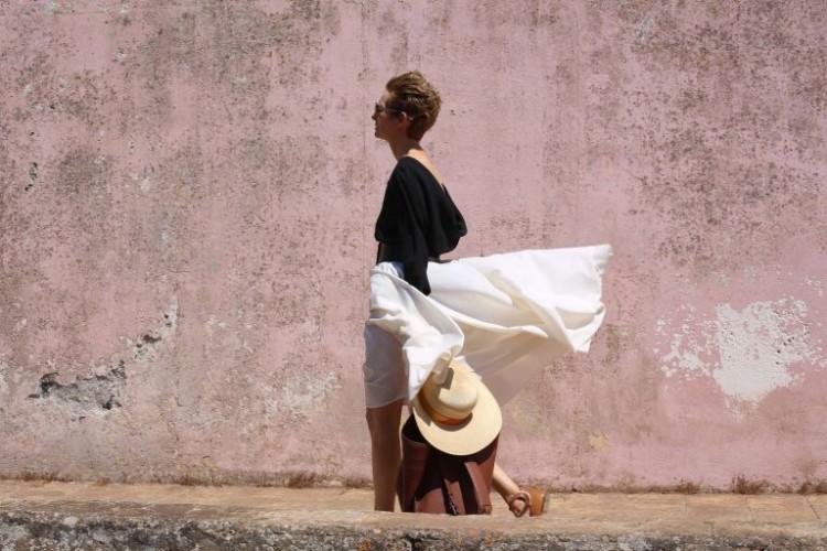 """A atriz Tilda Swinton em cena de """"A Bigger Splash"""". Ela veste Dior. Crédito: Sandro Kopp/Divulgação"""
