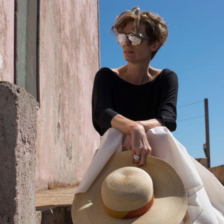 """A atriz Tilda Swinton veste look de Raf Simons para a Dior no novo filme do italiano Luca Guadagnino, """"A Bigger Splash""""."""