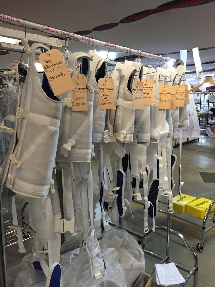 Coletes que serão usados por crianças com deficiência motora. As roupas foram criadas pelo estilista Francisco Costa. Crédito: Divulgação